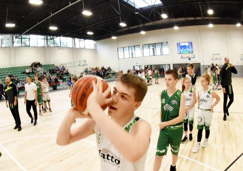 Pierwszy mecz w nowej hali do koszykówki rozegrały dziewczęta. Zakończył się remisem. Był też konkurs rzutów do kosza, wypuszczenie kolorowych balonów,
