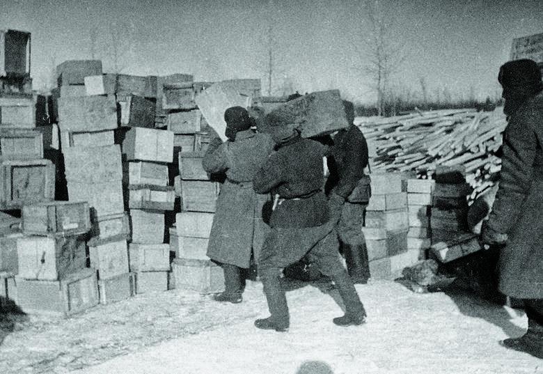 Mieszkańcom Leningradu wydawano tylko mikroskopijne racje żywnościowe. Musieli sobie radzić sami, dlatego gotowali zupy z butów, a z farby olejowej robili