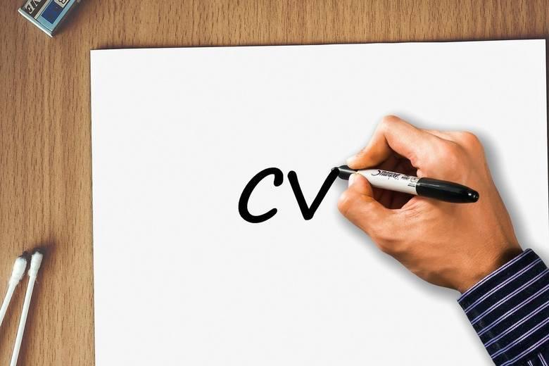 W internecie nie brakuje wzorów i kreatorów CV, ale rekruterzy nie lubią dostawać identycznych szablonów. Curriculum vitae powinno być przejrzyste, a