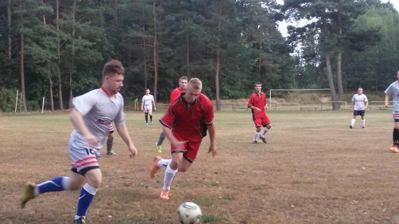 Na boisku zawodnicy Płomienia Chlebowo i Alfy Jaromirowice. Wiosną wszystkie kluby gminne będą miały kłopot z pieniędzmi.