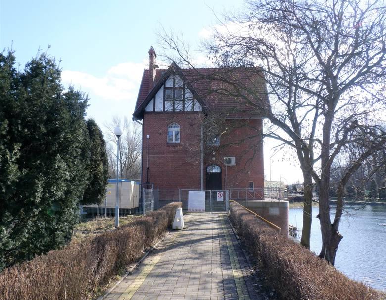 Budynek jazu, tzw. zamek wodny, widoczny od grobli, która jest tak naprawdę wyspą