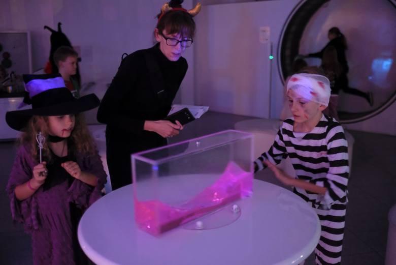 W Centrum Nowoczesności Młyn Wiedzy odbył się po raz kolejny  naukowy halloween. Czarownice, czarnoksiężnicy, wampiry i inne fantastyczne postaci od