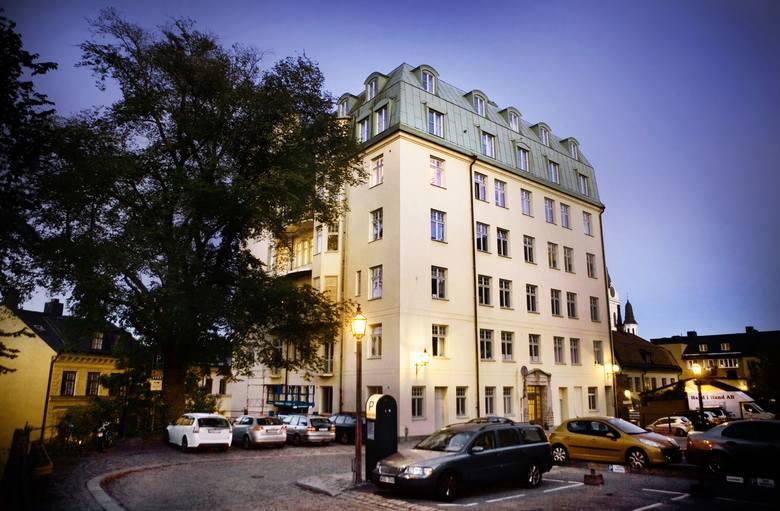 Ulica Fiskargatan 9. Tutaj ma swój apartament Lisbeth Salander. Jej mieszkanie ma 350 metrów kw. i składa się z... 21 pokoi, a znajduje się na najwyższym piętrze. Jednak Lisbeth zajmuje tylko kilka pomiesz-czeń, które urządziła meblami z Ikea. Na drzwiach wisi tabliczka: V. Kulla (nazwę...