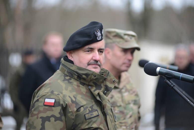 Generał dywizji Jarosław Mika w Żaganiu koło koszar.