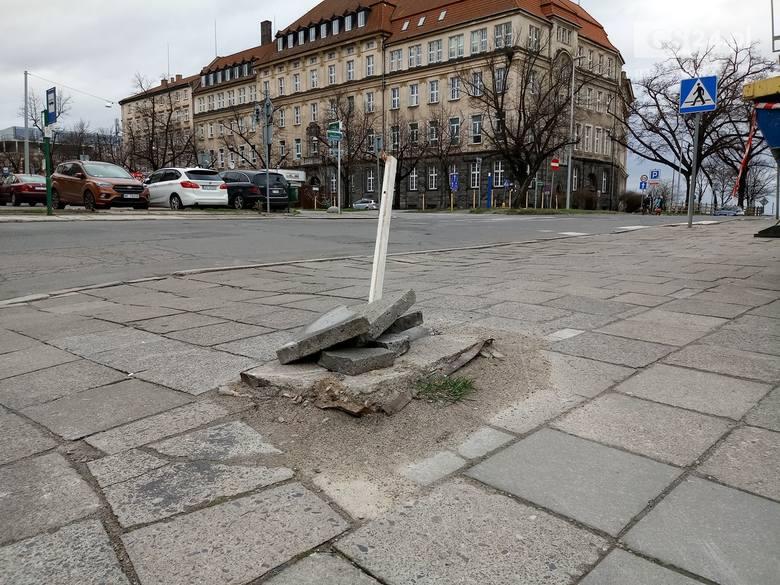 Szczecin. Dziura w chodniku zabezpieczona... Kawałkiem drewna i płytami chodnikowymi [ZDJĘCIA]