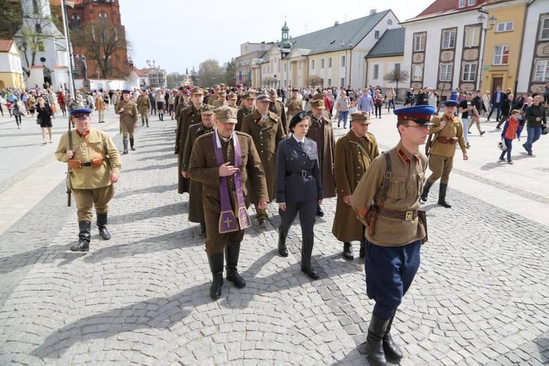 W samo południe sprzed pomnika marszałka Piłsudskiego wyruszył białostocki IV Marsz Cieni. W pochodzie, który zakończył się na Placu Katyńskim uczestniczyły