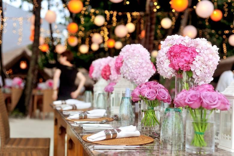 Światła, które tworzą magiczny klimat, jedzenie, którego smak jeszcze długo goście będą wspominać i zdjęcia pozwalające to wszystko utrwalić wymagają