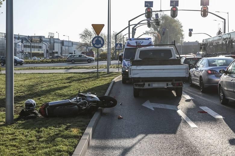 Motocyklista upadł i uderzył w ciężarówkę. Jechał ul. Wojska Polskiego w kierunku centrum miasta. Tak kierowca skody łamie przepisy w Zielonej Górze.