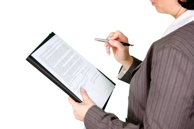 Każdy kto zetknął się z twórczością urzędników wie, że przebrnięcie przez niektóre teksty i ich zrozumienie graniczy z cudem. Fachowe słownictwo, specyficzna