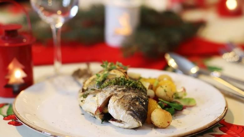 """""""Restauracja u Kretschmera"""": zupa grzybowa z łazankami (16 zł/250 ml), dorada pieczona z cytrynami, rozmarynem i czosnkiem – (cała ryba 30 zł/szt.),"""