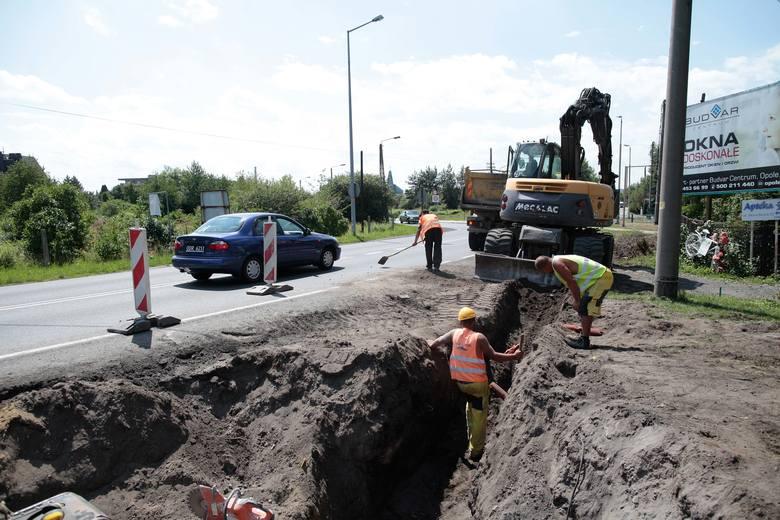 Zakończenie prac przy Częstochowskiej miasto planuje w końcówce sierpnia. Robotnicy wytyczyli już ślad przyszłego traktu  i wykonują roboty ziemne, potem