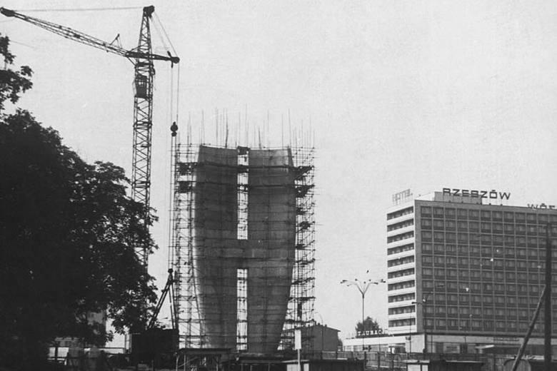 Prace projektowe nad powstaniem pomnika rozpoczęto w 1967 roku. Autorem projektu był prof. Marian Konieczny. W 1971 roku przystąpiono do budowy. Pomnik