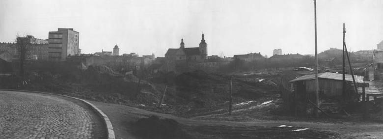 Połowa lat 60. Widok od strony północnej Rzeszowa, z najwyższego wzniesienia przy dawnej ul. Masarskiej. Od lewej: gmach Wojewódzkiego Ośrodka Kształcenia,
