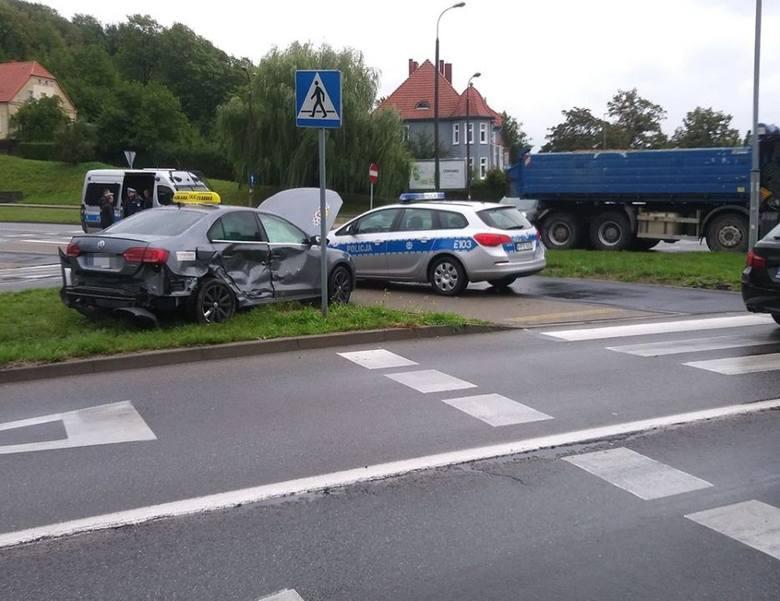 Do wypadku doszło we wtorek, 10 września, na rondzie Wyszyńskiego w Gorzowie. Zderzyły się samochód ciężarowy i taksówka volkswagen.Ciężarówka jadąc