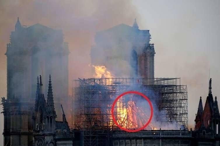 Jezus w płomieniach Notre Dame. Taki obraz zauważyła Lesley Rowan. Pożar poruszył miliony ludzi na świecie.