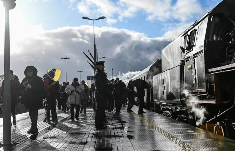 Przejazd zabytkowego pociągu z gen. Józefem Hallerem na pokładzie z Gdańska do Pucka i przemarsz na Stary Rynek w Pucku [10.02.2020 r.]