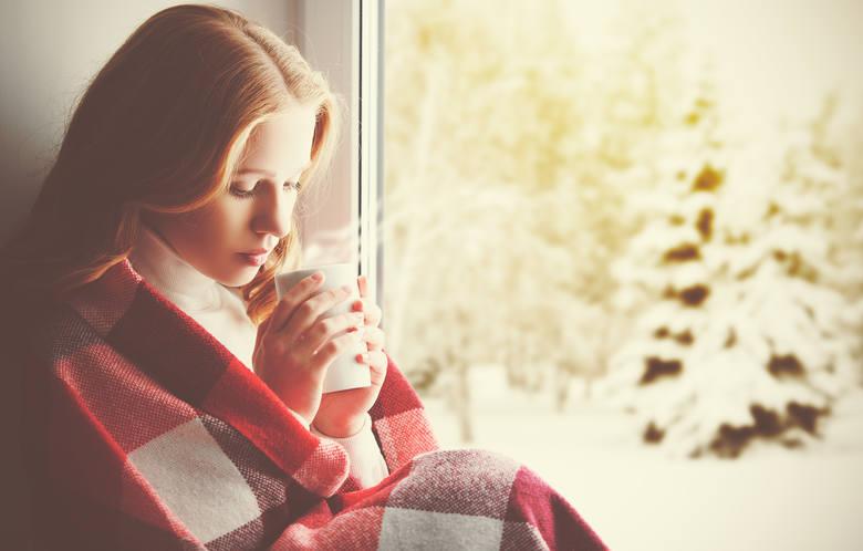 Przeziębienie to choroba, na którą większość ludzi zapada przynajmniej raz w roku. Schorzenie to zwykle rozwija się stopniowo, za to szybko się rozprzestrzenia.