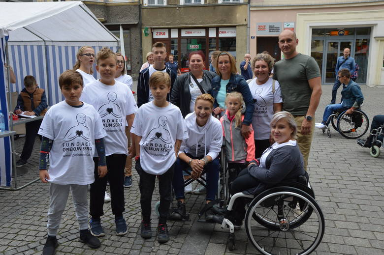 """Fundacja """"Opiekun Serca"""" pojawiła się w sobotę, 1 września o godz. 12:00 na zielonogórskim rynku.Piknik zorganizowany przez fundację Joanny Brodzik """"Opiekun"""