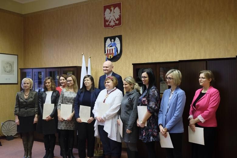 Prezydent Michał Zaleski wręczył dziś (05.02) akty nadania stopnia nauczyciela mianowanego.Oto nazwiska nauczycieli, którzy dziś odebrali akty nadania