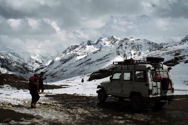 Podróz po Indiach<br /> Przelecz Rohtang na wysokości 3978 m n.p.m. Za nią zaczynają sie prawdziwe Himalaje.