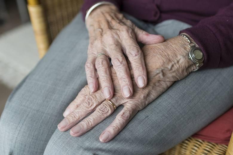 światowy dzień choroby parkinsona, parkinson, osoby starsze, drżenie rąk, dłonie