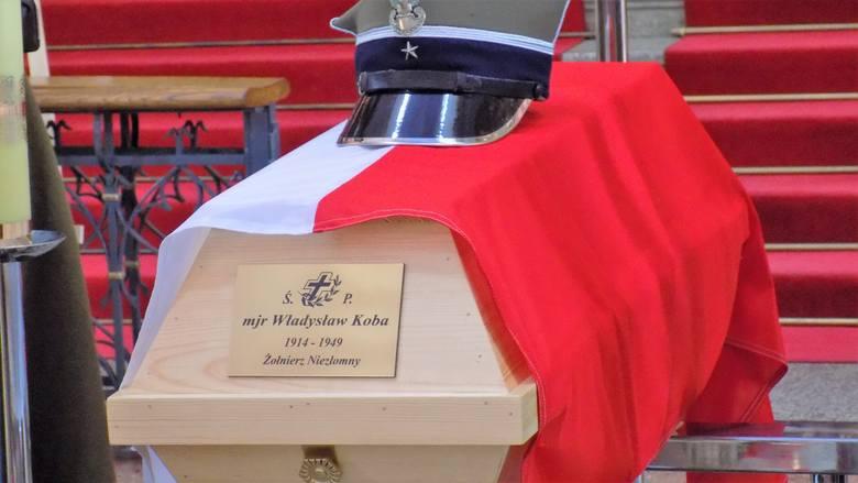 Po 67 latach od wykonania komunistycznego wyroku śmierci, szczątki mjr. Władysława Koby zostały godnie pochowane na cmentarzu w Przemyślu.