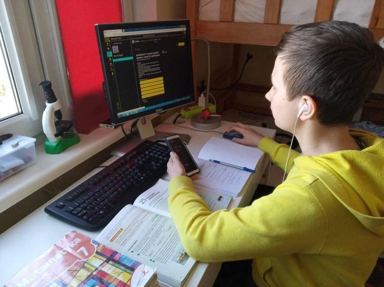 Od środy, 25 marca szkoły prowadzą naukę zdalną. Nauczyciele realizują program nauczania i mają prawo oceniać uczniów za pracę online. Jakie są wrażenia
