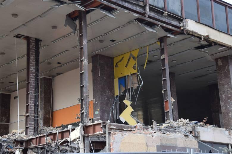 Drugi dzień rozbiórki białostockiego dworca PKS.