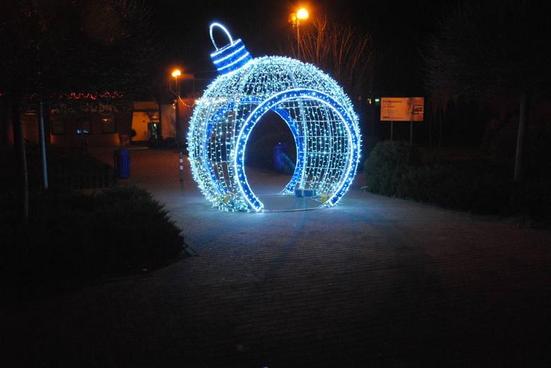 Solec Kujawski w świątecznej szacie. W centrum sporo kolorowych iluminacji, na obrzeżach miasta oczywiście ich znacznie mniej. W drodze z Bydgoszczy