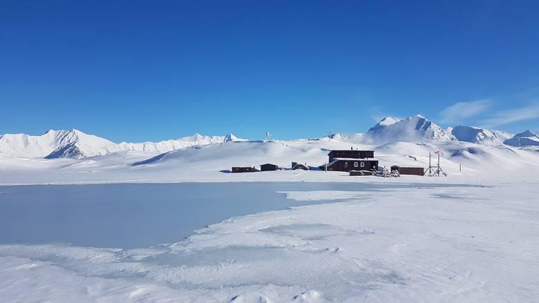 Zjawisko Rain-On-Snow przed Stacją Polarną Uniwersytetu Mikołaja Kopernika na Spitsbergenie.