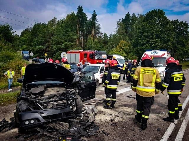 Śmiertelny wypadek w Ploskach. Karambol na DK19. Doszło do zderzenia czterech pojazdów. Nie żyją dwie osoby [ZDJĘCIA 13.08.2019]