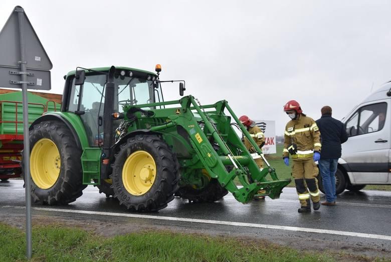 Wypadek w Kościelnej Wsi. Zderzenie osobówki i ciągnika rolniczego. Droga na Poznań była zablokowana