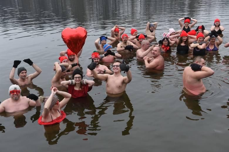 Morsy z Zalesia postanowiły uczcić tegoroczne walentynki tradycyjną kąpielą w zimnej wodzie. Dominującym kolorem podczas sobotniej kąpieli był oczywiście