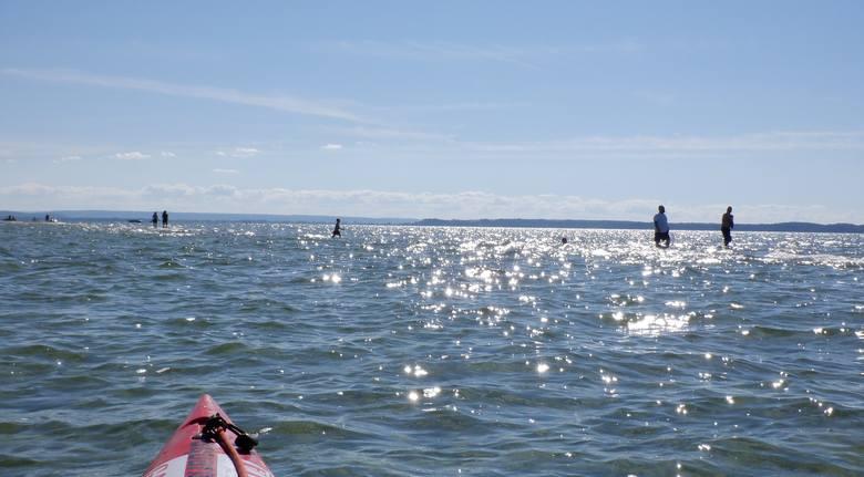 Marsz załogi łodzi motorowej przez środek Zatoki Puckiej. To znajdująca się tuż pod wodą część Rybitwiej Mielizny