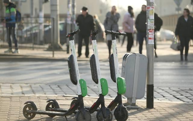 Kraków. Hulajnogi elektryczne sieją postrach. Kiedy zostaną wprowadzone nowe przepisy? [ZDJĘCIA]