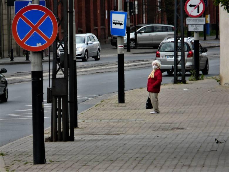 Mieszkańcy Pabianic coraz mniej boją się wirusa. Na ulicach robi się tłoczno ZDJĘCIA