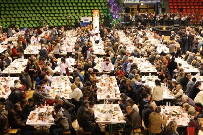 Opolska wigilia to największa pod dachem wieczerza dla potrzebujących w Polsce.