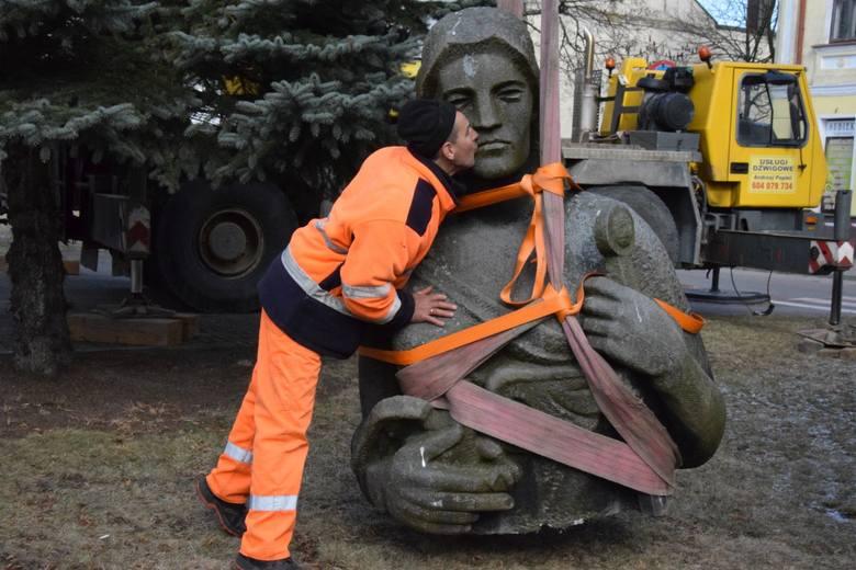 Sejny. Demontują Pomnik Zwycięstwa/Matki Polki. Najtrudniej będzie z sowieckimi żołnierzami (zdjęcia, wideo)