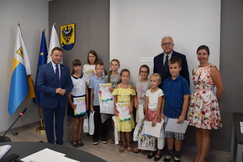 Zanim rozpoczęła się XV sesja Rady Miejskiej, prezydent miasta, Wadim Tyszkiewicz i przewodniczący RM, Andrzej Petreczko, wręczyli upominki i dyplomy