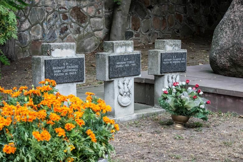 Mieszkańcy Rawy Mazowieckiej oraz przedstawiciele kombatantów, samorządów i różnych grup społecznych uczcili 75. rocznicę wybuchu Powstania Warszawskiego. Uroczystości rozpoczęły się na cmentarzu miejskim o godz. 17. Rawianie złożyli kwiaty i zapalili znicze pod pomnikiem żołnierzy Armii Krajowej.
