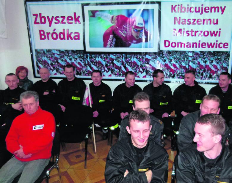 We wspólnym oglądaniu występu Zbigniewa Bródki  uczestniczył Mieczysław Szymajda (czerwony dres)
