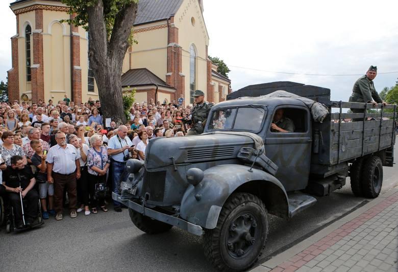 Po 75 latach od tragicznego dnia w rekonstrukcji historycznej wzięło udział wielu mieszkańców Woli Zarczyckiej. Polały się łzy jak 75 lat temu.