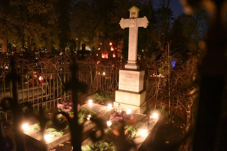Dziś Wszystkich Świętych. Dzień w których odwiedzamy groby najbliższych. Wiele osób na cmentarz wybiera się także po zmroku. Tak wyglądają oświetlone
