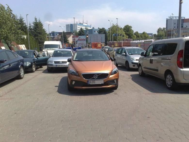 Jak oni parkują: przyjechał po duże zakupy?
