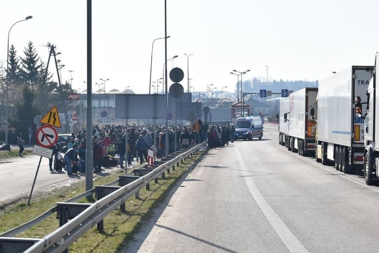 Dramatyczna sytuacja na przejściach granicznych z Ukrainą. Tysiące osób czekają na odprawę w Hrebennem i Dorohusku. Zobacz zdjęcia