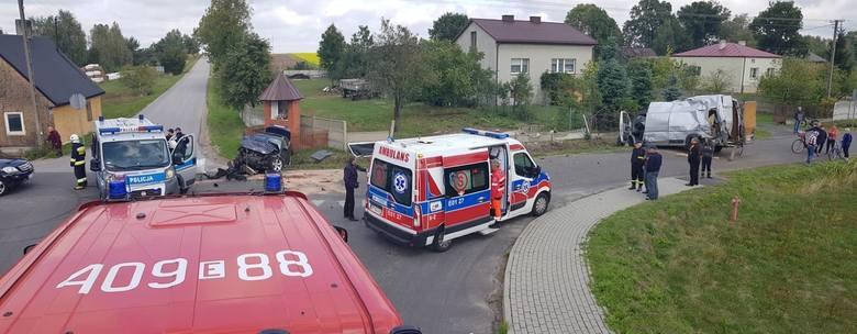 Wypadek we wsi Bujny Szlacheckich koło Zelowa. Zderzenie dwóch samochodów. Do szpitala trafili kierowcy obu aut. Na miejscu pracowali strażacy z Ochotniczej