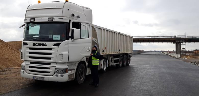 W trakcie wspólnej akcji Inspekcji Transportu Drogowego i Policji na drogach powiatu żnińskiego zatrzymano ciężarówkę. - Okazało się, że kierowca, będący