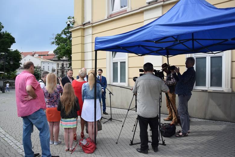 Radni Maciej Kowalski, Andrzej Zapałowski i Tomasz Leszczyński na konferencji prasowej mówili m.in. o hejterskich atakach, które kierowane są w ich kierunku.