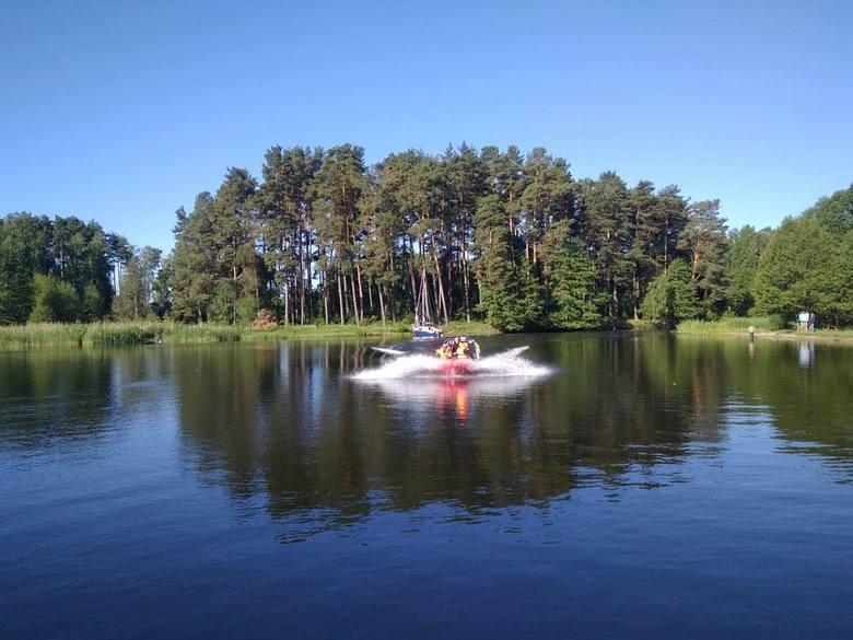 W niedzielę (3 czerwca) rano dwóch wędkarzy wpadło do Jeziora Długiego w Małych Swornegaciach. Sami dostali się na przewróconą łódź, na brzeg przetransportowali