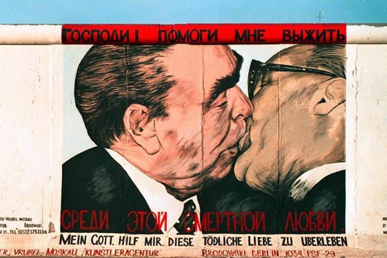 #6 Leonid Breżniew i Erich HoneckerTo jeden z najsłynniejszych pocałunków politycznych, do którego doszło w 1979 r. podczas spotkania z okazji 30-lecia